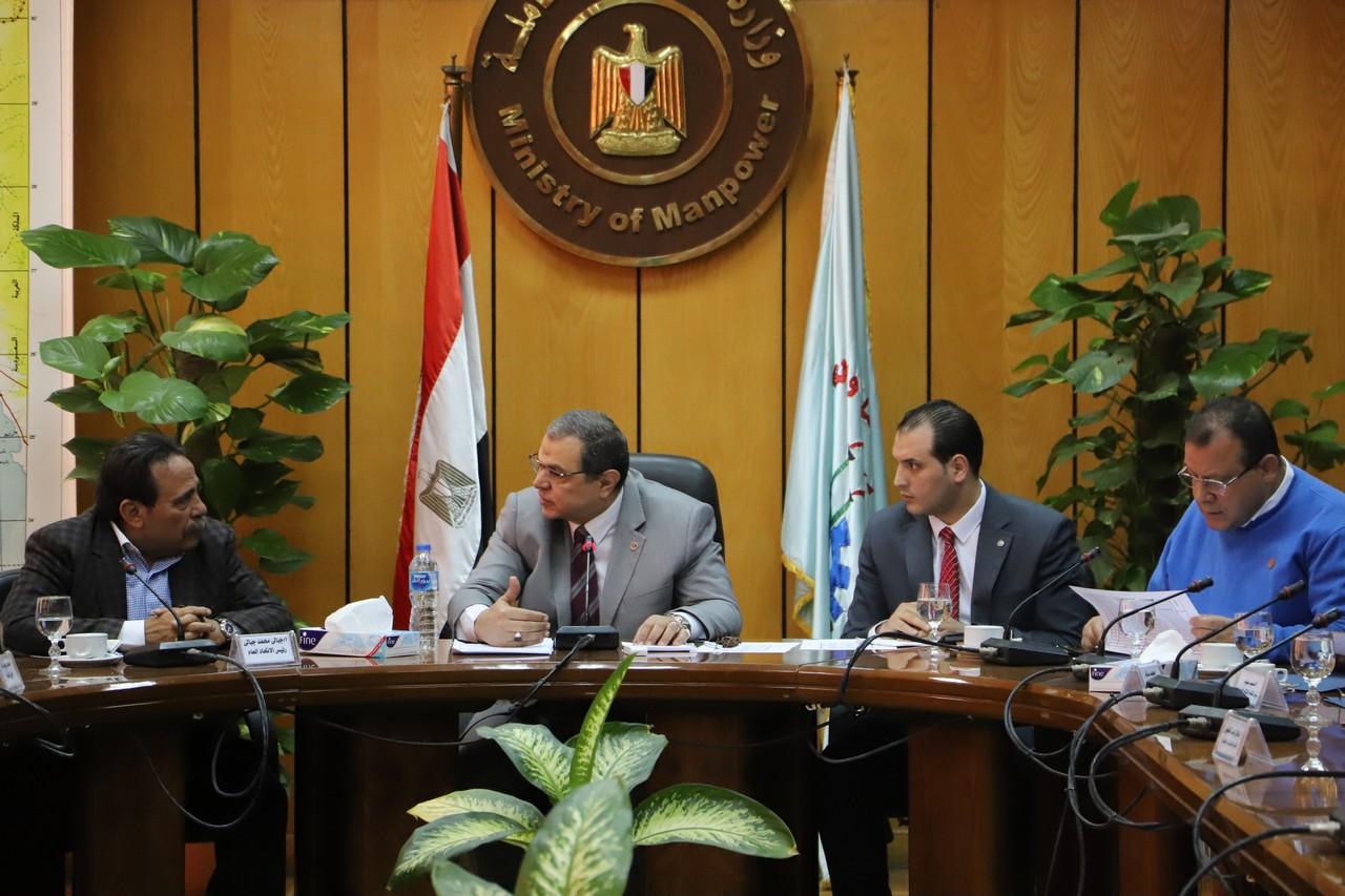 جانب من اجتماع وزير القوى العاملة بديوان عام الوزارة (6)