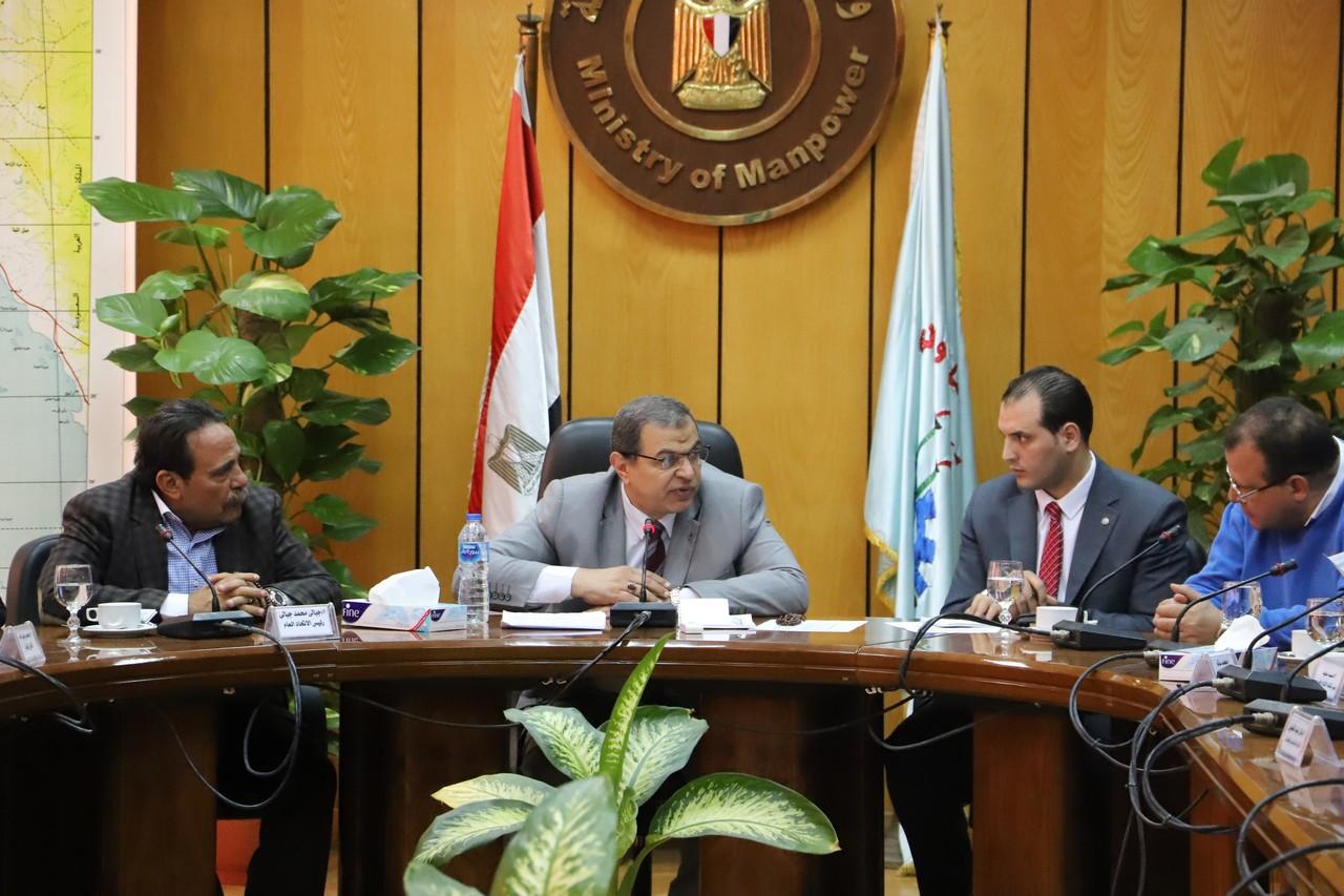 جانب من اجتماع وزير القوى العاملة بديوان عام الوزارة (4)