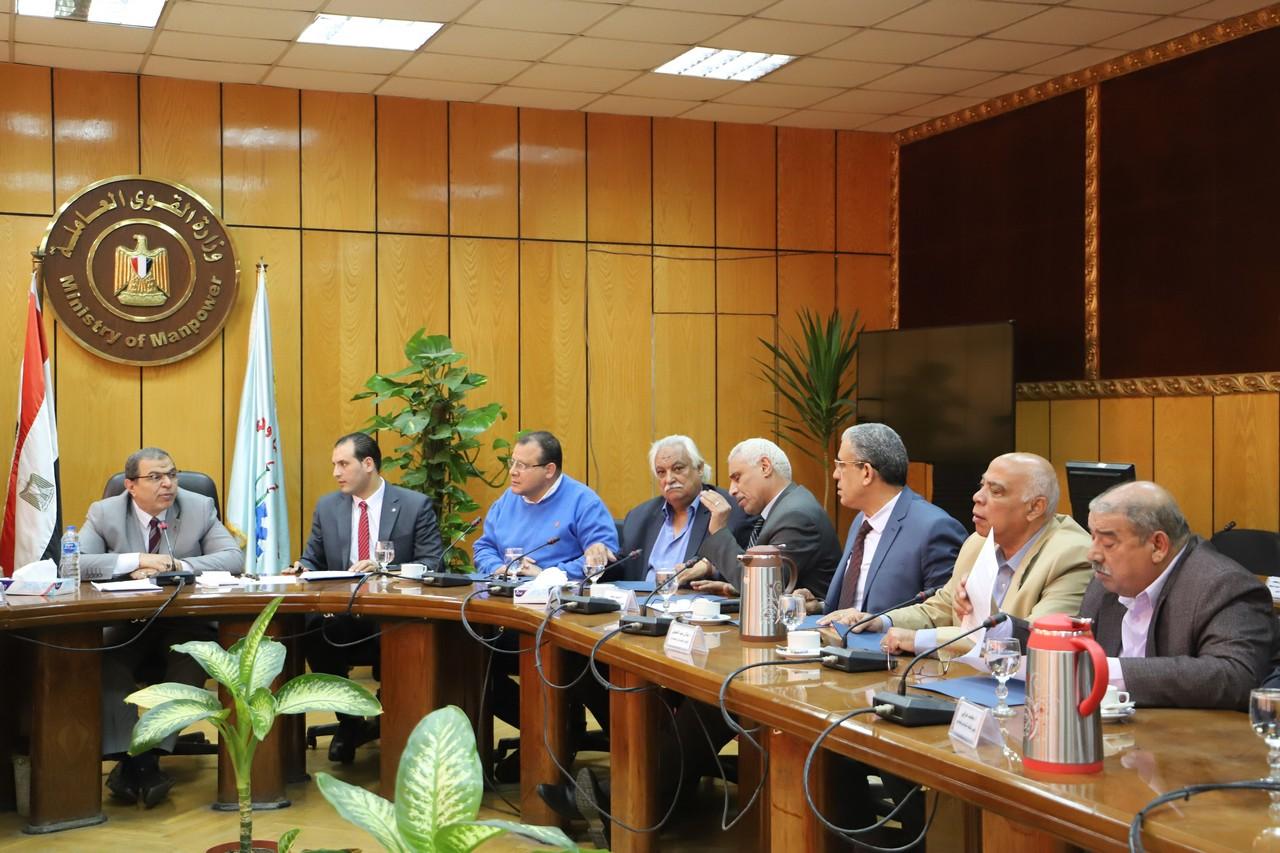 جانب من اجتماع وزير القوى العاملة بديوان عام الوزارة (8)