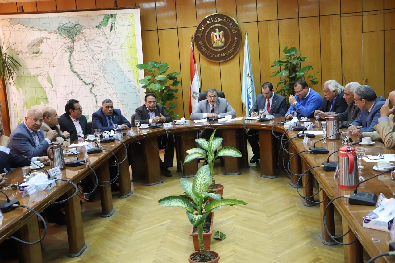 جانب من اجتماع وزير القوى العاملة بديوان عام الوزارة (2)