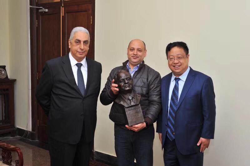 الدكتور لوه لين المعروف بــخليل باشا، عميد كلية دراسات الشرق الأوسط ببكين وتمثال الرئيس السيسى