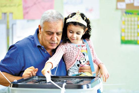اب-وابنته-يخرج-من-الكنيسة-الى-دائرته-الانتخابية-للادلاء-بصوته-الانتخابى-تصوير-حسين-طلال-