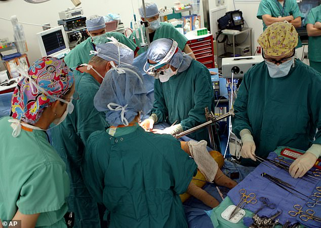 جانب من العملية الجراحية التى استمرت لمدة 26 ساعة