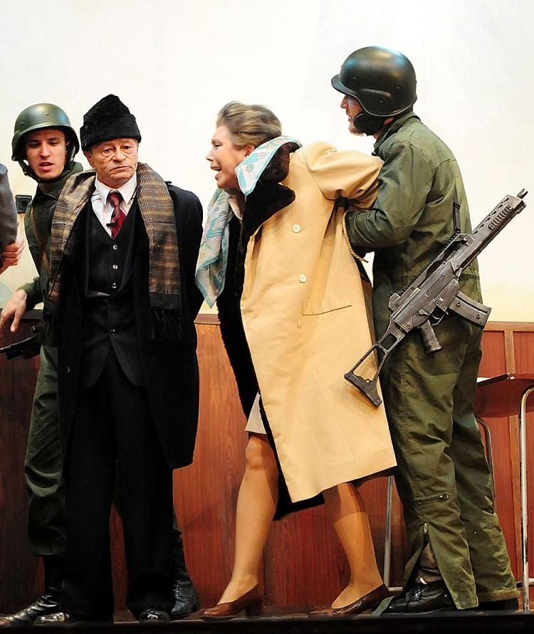 شاوشيسكو وزوجته قبل اعدامهما (2)