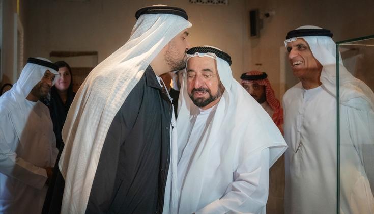 حسين الجسمى يقبل رأس حاكم الشارقة خلال الزيارة