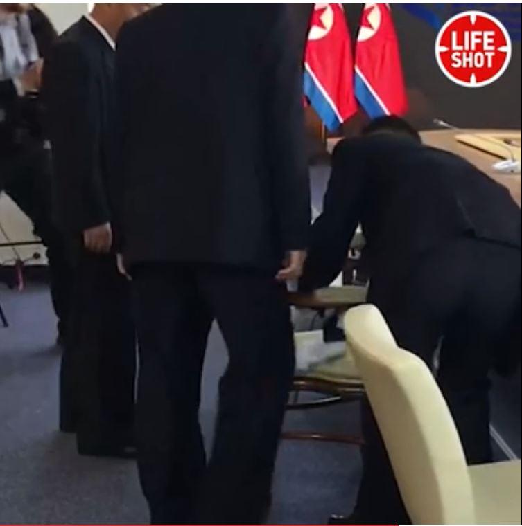 حرس الزعيم الكورى الشمالى يطهر مقعده قبل لقاء بوتين
