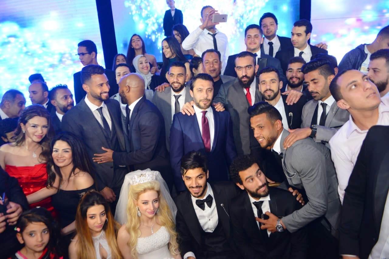 نجوم الأهلى والزمالك وبيراميدز يلتقون فى حفل زفاف على جبر (3)