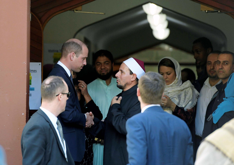 إمام المسجد يصافح الأمير ويليام