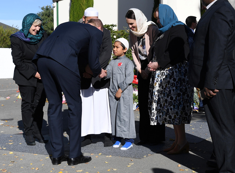 الأمير البريطانى يصافح طفل خارج المسجد