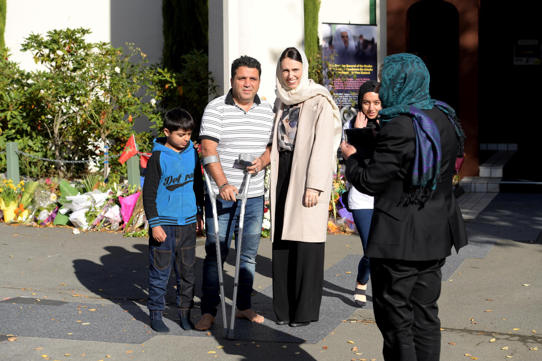 جاسيندا أرديرن رئيسة وزراء نيوزلندا مع أحد الناجين