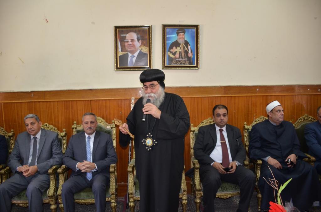 محافظ الإسماعيلية ومدير الأمن وقيادات الأوقاف والأزهر يقدمون التهنئة الأقباط بمناسبة عيد القيامة المجيد (13)