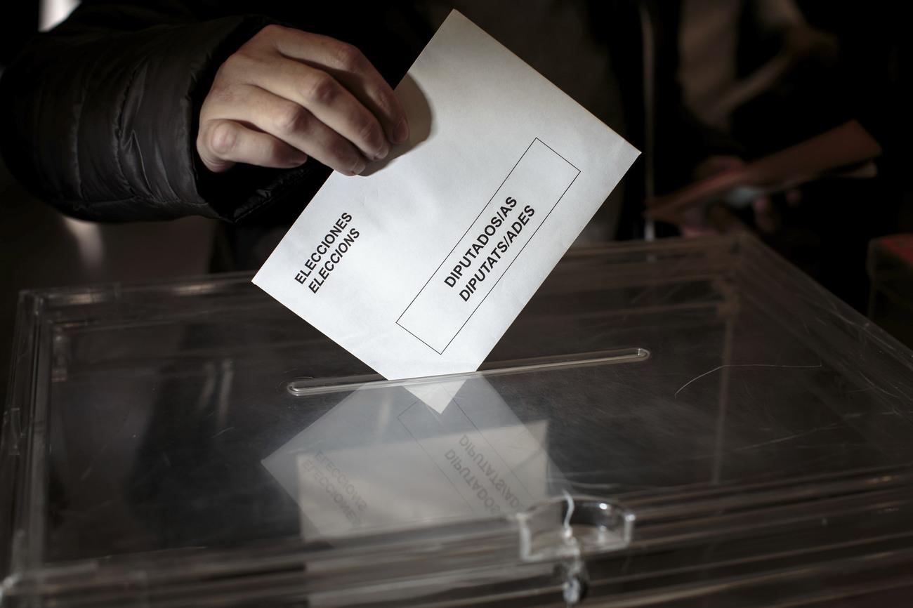 احد الناخبين يصوت فى الانتخابات الاسبانية