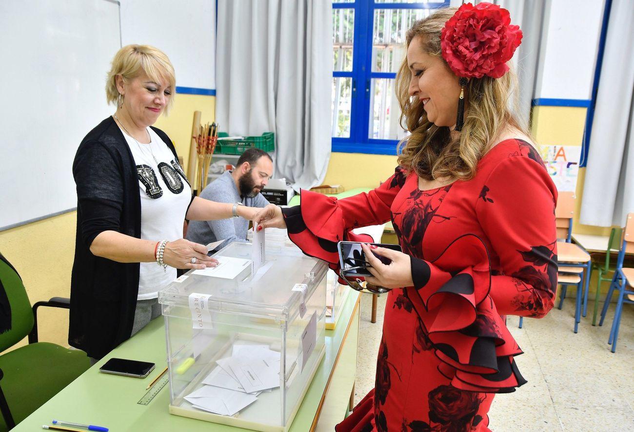 امرأة ترتدى ملابس الرقص الفلامنكو اثناء تصويتها فى الانتخابات