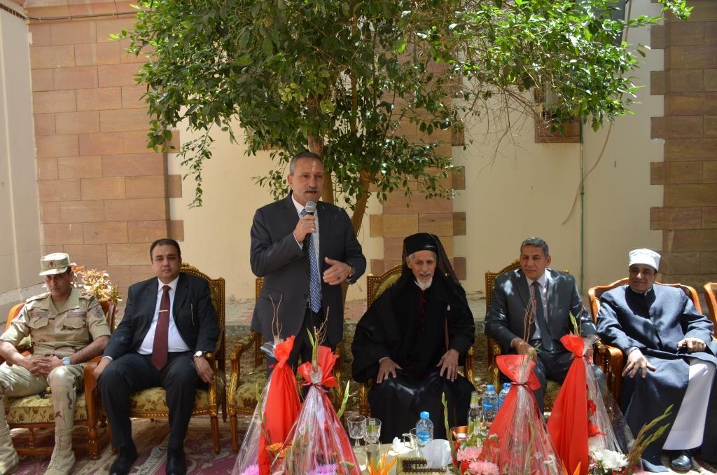 محافظ الإسماعيلية ومدير الأمن وقيادات الأوقاف والأزهر يقدمون التهنئة الأقباط بمناسبة عيد القيامة المجيد (3)