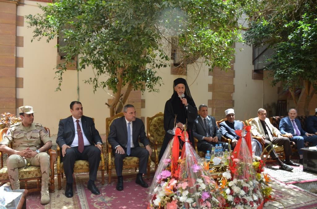 محافظ الإسماعيلية ومدير الأمن وقيادات الأوقاف والأزهر يقدمون التهنئة الأقباط بمناسبة عيد القيامة المجيد (2)