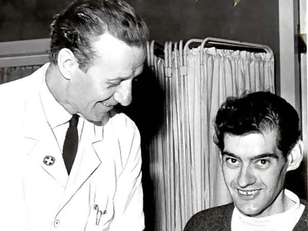 أنجوس باربرى مع طبيبه خلال الفحوصات
