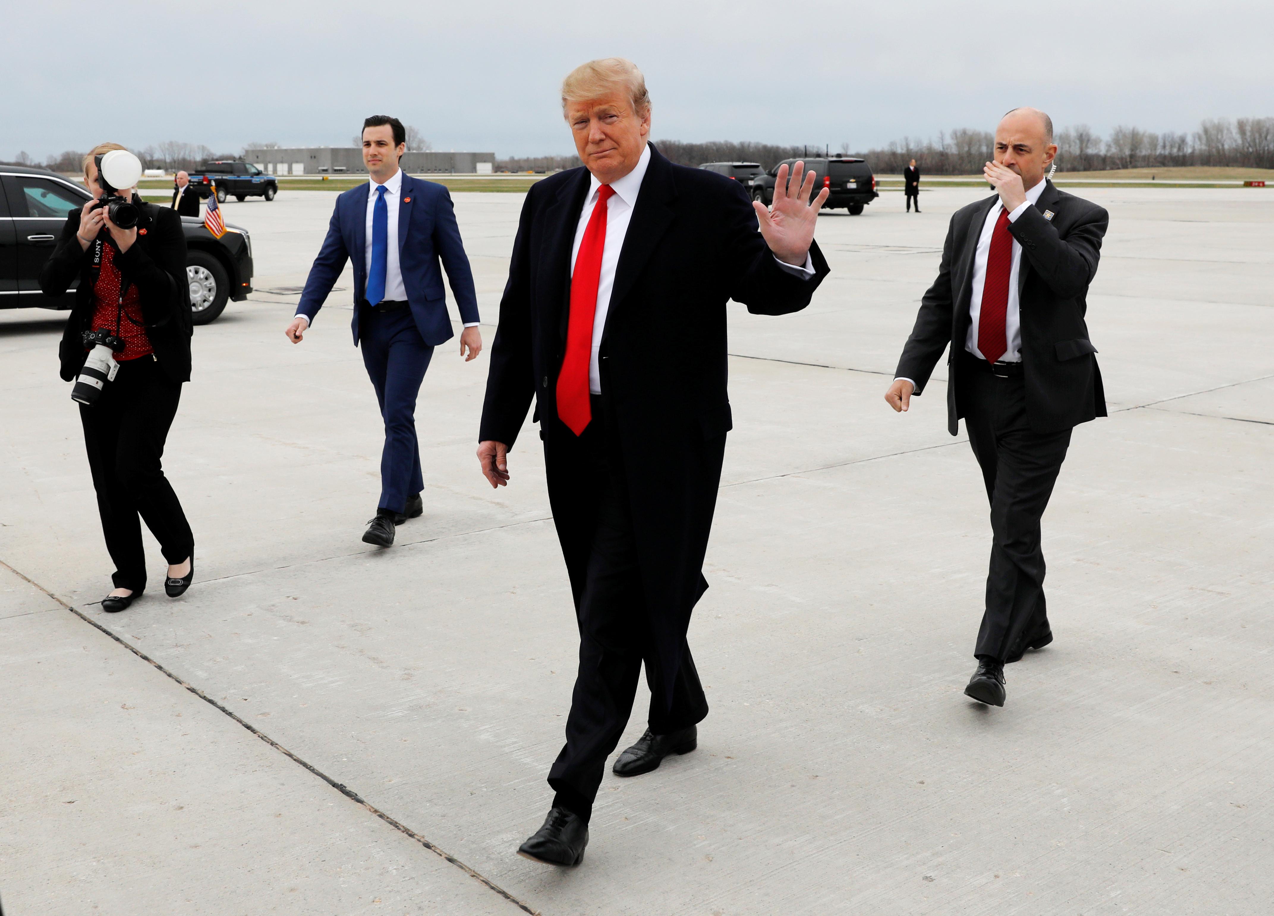 الرئيس الأمريكي دونالد ترامب يحيي الناس عند وصوله إلى مطار أوستن 5