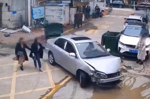 اضرار كبيرة تعرضت لها السيارة