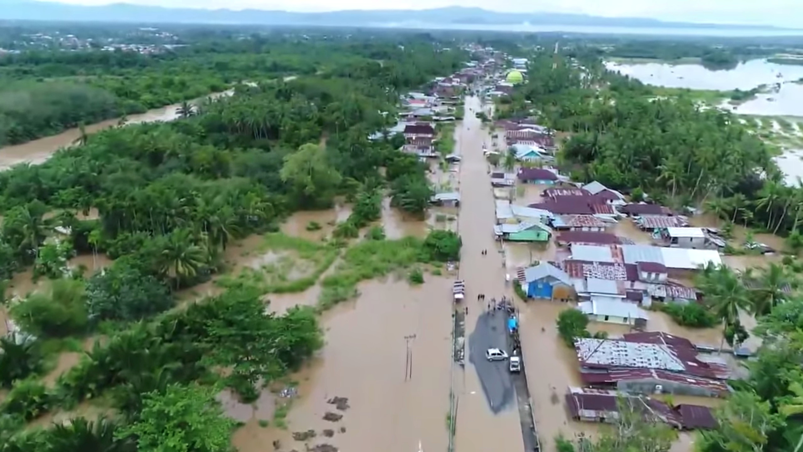 صور.. إندونيسيا تغرق فى مياه الفيضانات ومقتل 31 شخصا - اليوم السابع