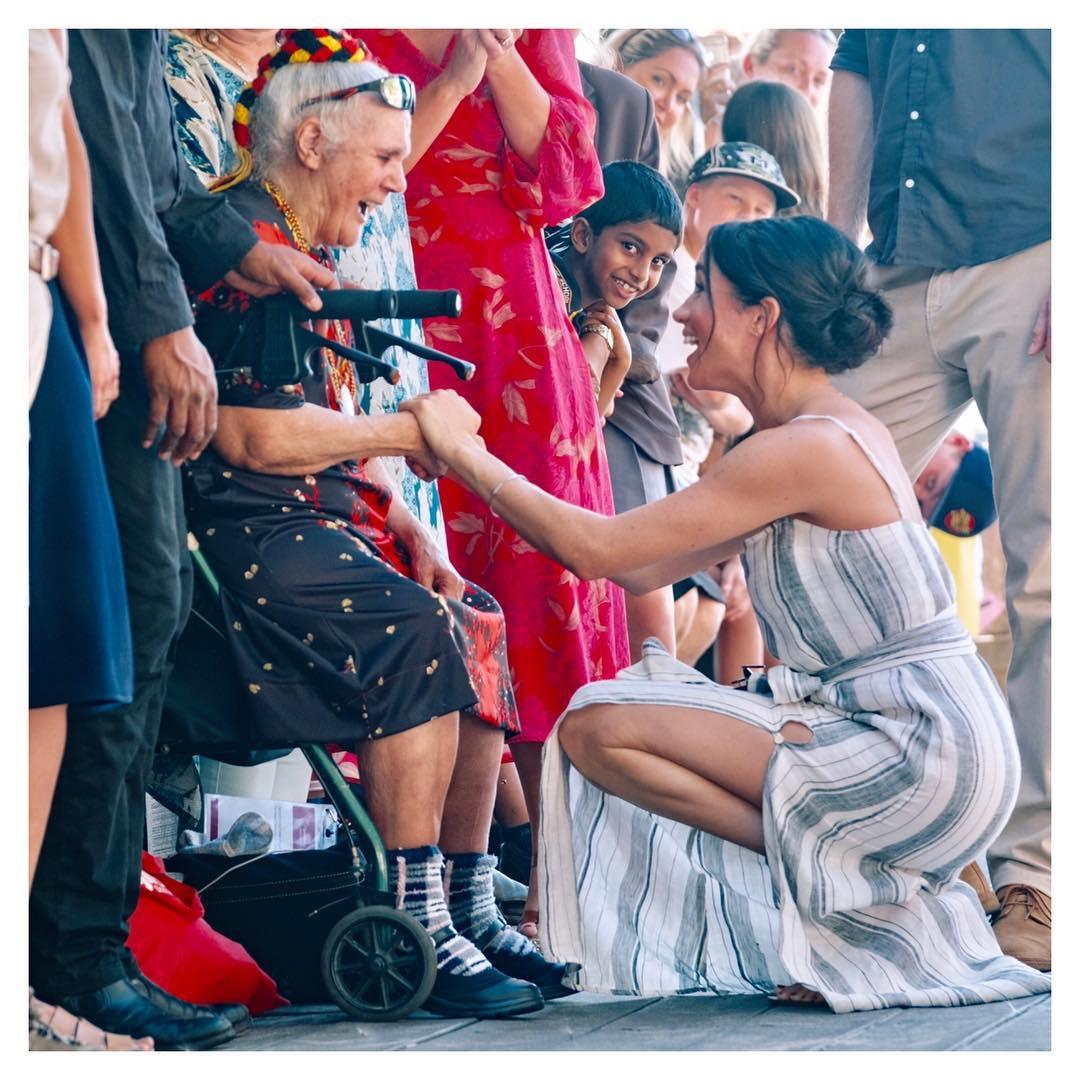 ميجان ميركل مع عجوز