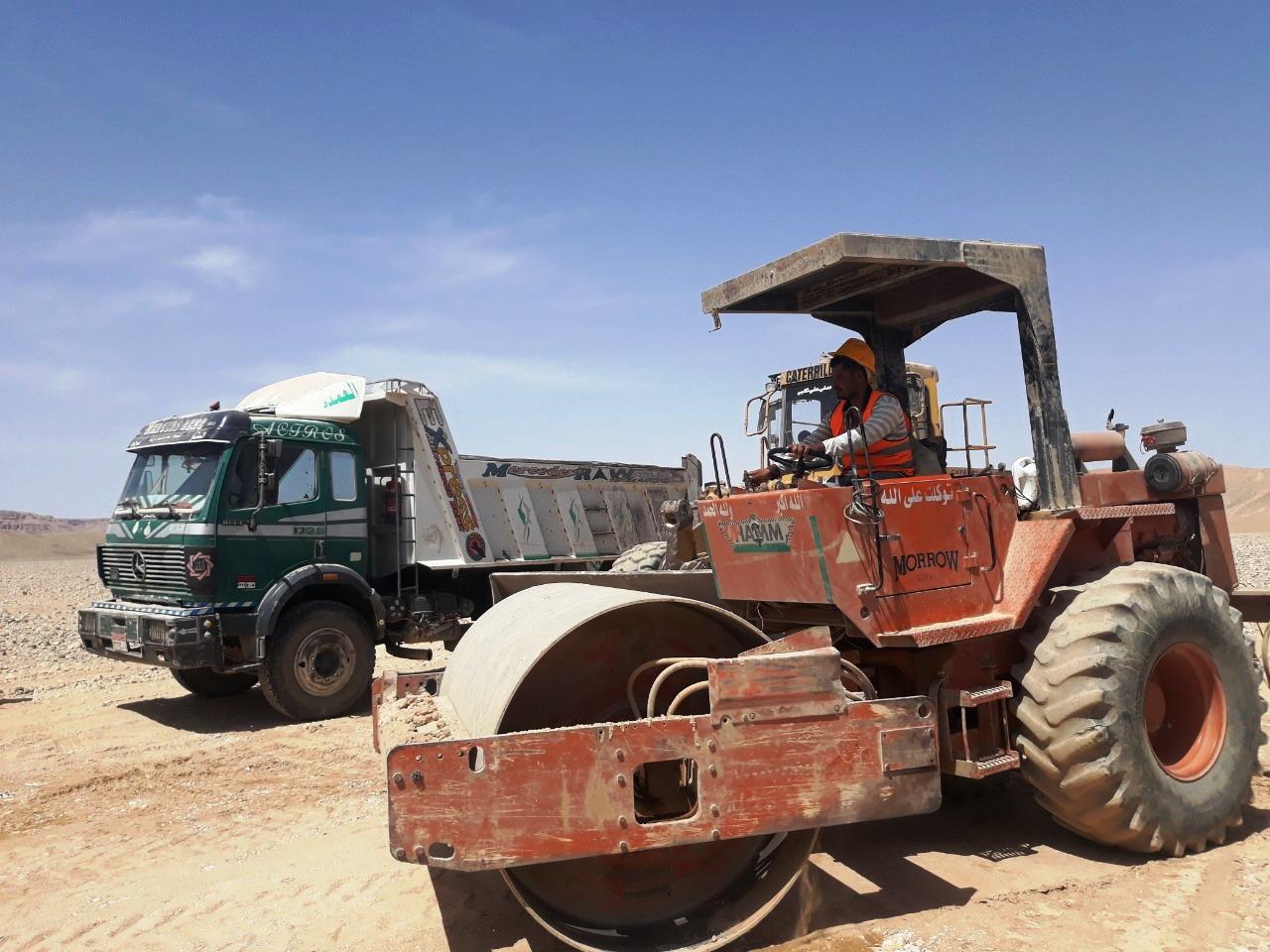 عمال محور قوص بمحافظة قنا (4)
