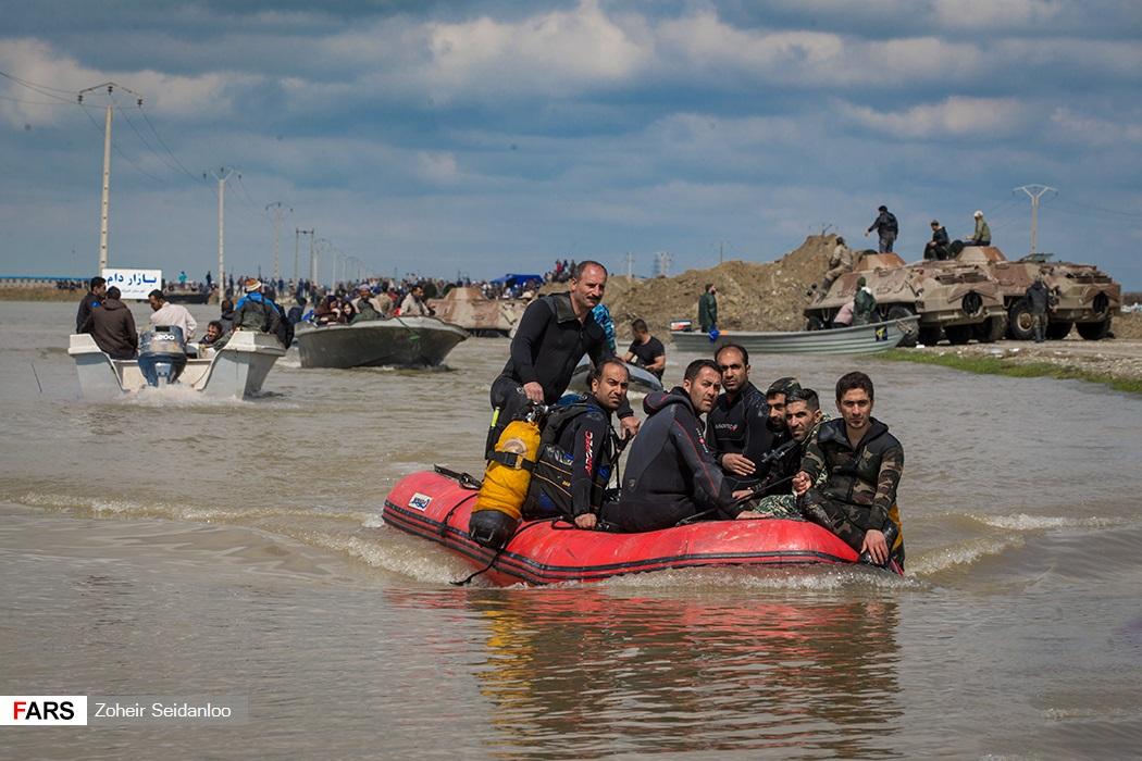 المواطنين يتحركون بقوارب