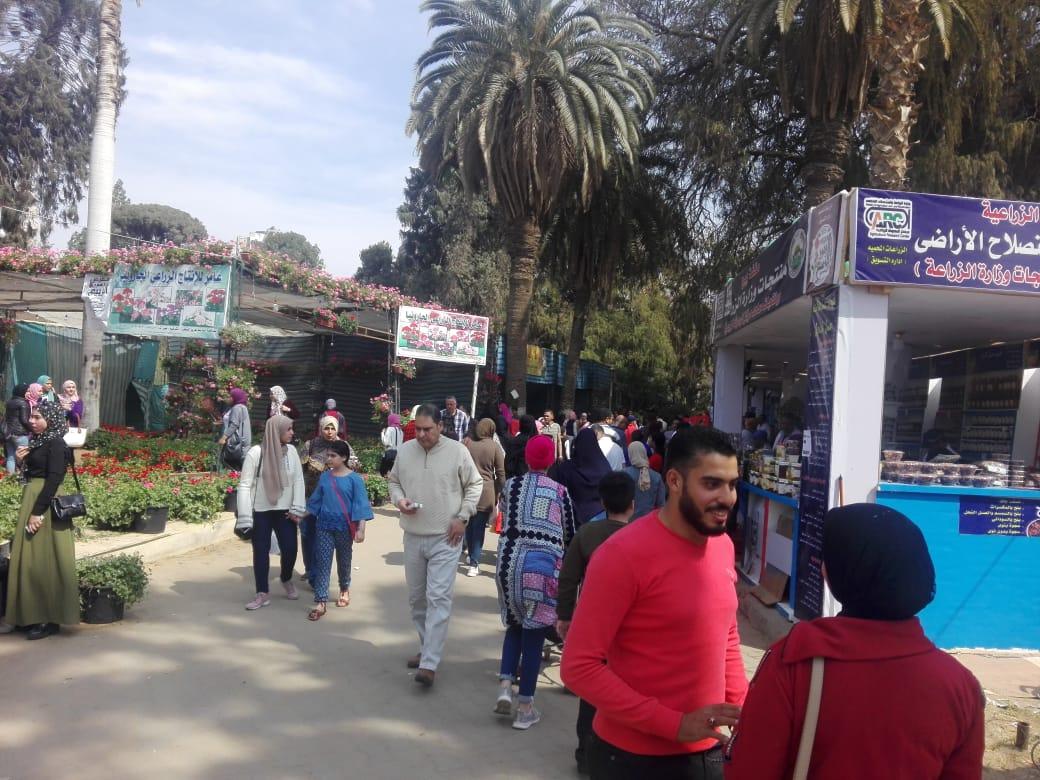 اقبال كثيف من المواطنين على معرض زهور بحديقة الأورمان (3)