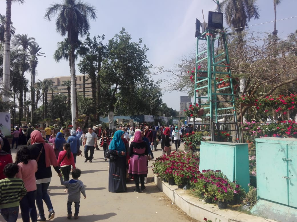 اقبال كثيف من المواطنين على معرض زهور بحديقة الأورمان (2)