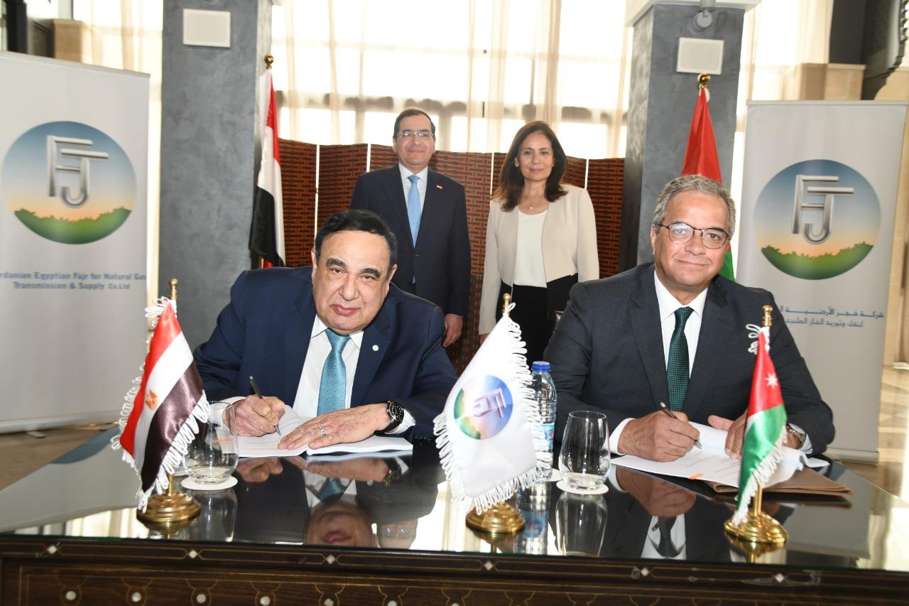 3الوزيران يشهدان توقيع العقد بين شركتى فجر والفنية لخدمات تشغيل الخطوط
