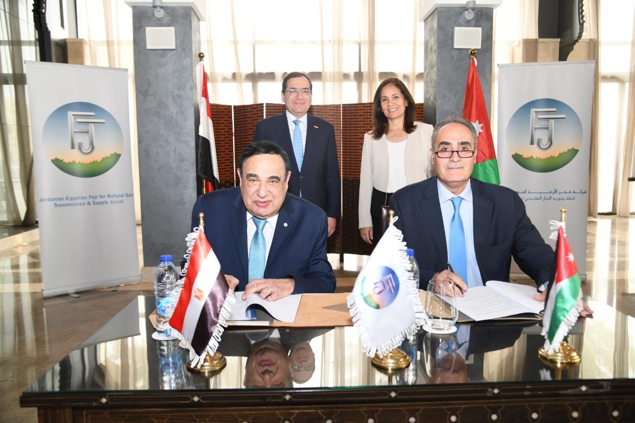 4المهندس فؤاد رشاد خلال التوقيع مع المدير العام لشركة الكهرباء الوطنية الاردنية