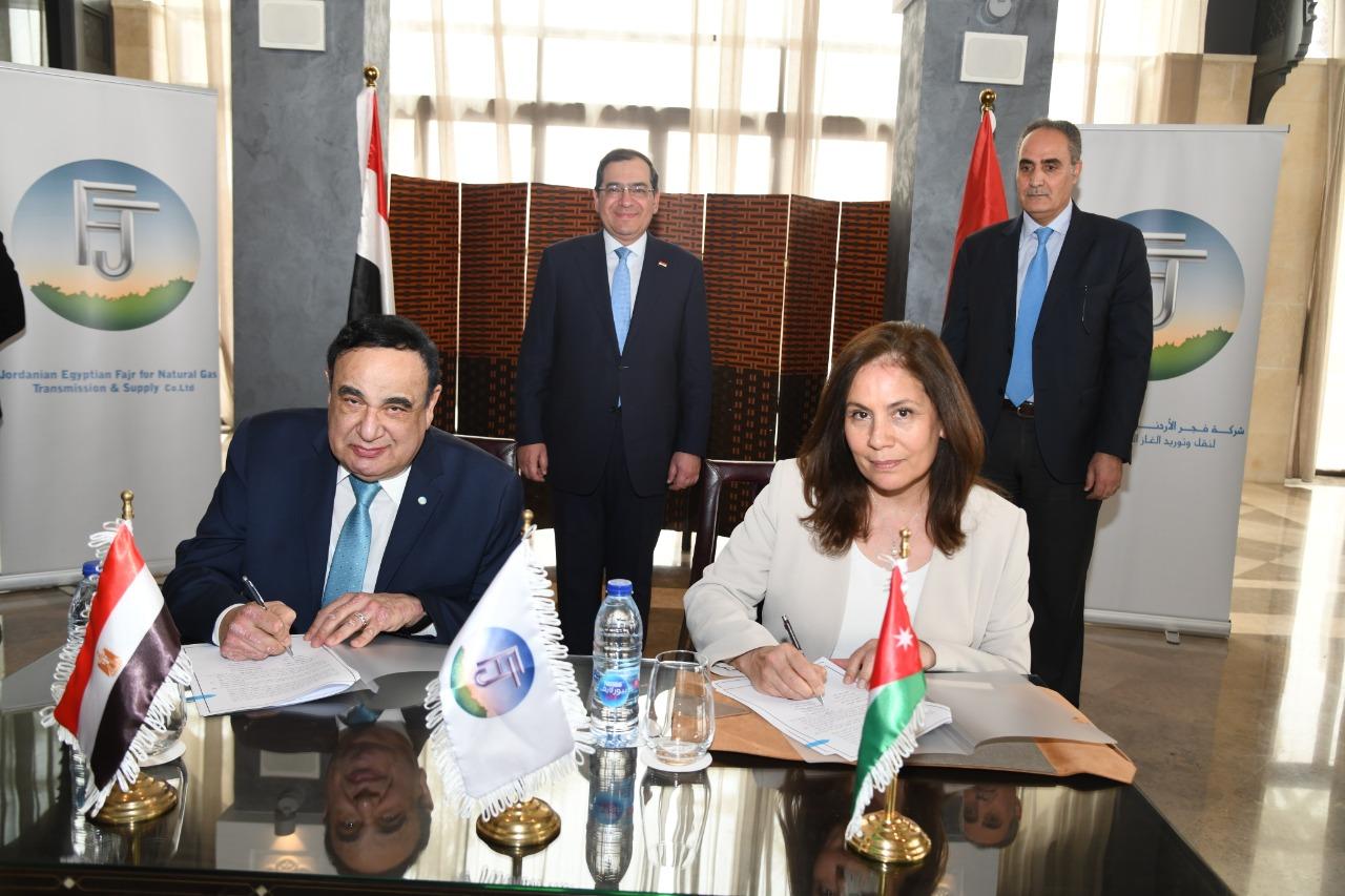 2الوزيرة الاردنية والمهندس فؤاد رشاد اثناء التوقيع
