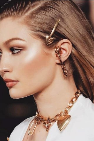 small_Fustany-fashion-accessories-how-to-style-the-90s-hair-clips-and-pins-2019-trend-20