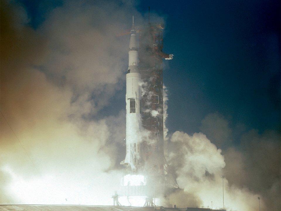 جيف بيزوس مول وقاد حملة لاستعادة أحد محركات الصواريخ من مهمة أبولو 12