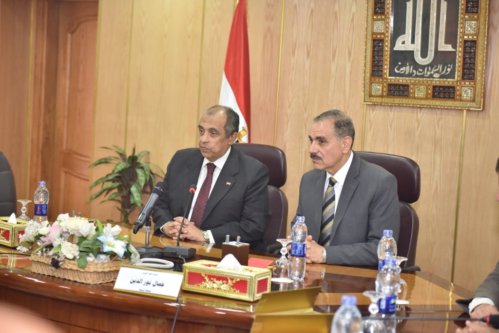 اجتماع وزير الزراعة ومحافظ أسيوط بقيادات  (4)