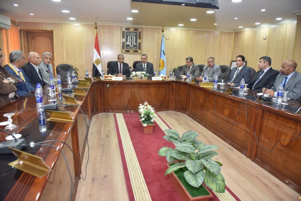 اجتماع وزير الزراعة ومحافظ أسيوط بقيادات  (5)