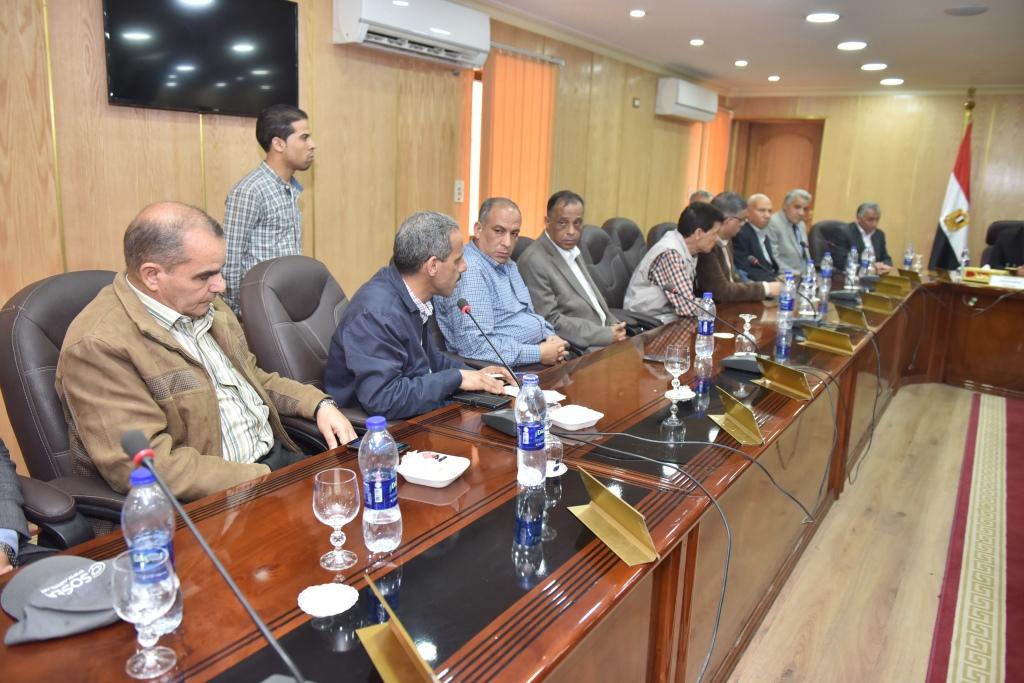اجتماع وزير الزراعة ومحافظ أسيوط بقيادات  (1)