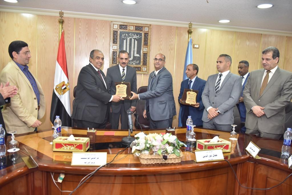 اجتماع وزير الزراعة ومحافظ أسيوط بقيادات  (3)