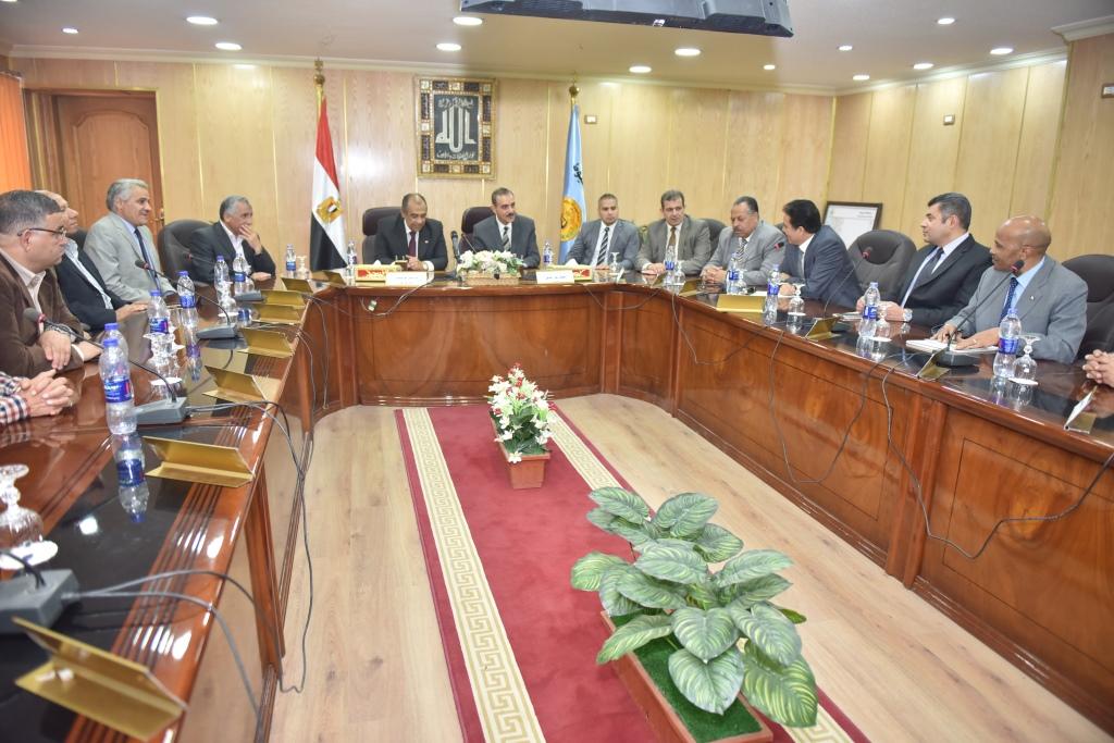 اجتماع وزير الزراعة ومحافظ أسيوط بقيادات  (2)