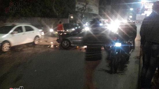 تصادم 5 سيارات وموتوسيكل بسبب مطاردة بين سيارتين بالبطل أحمد عبد العزيز (4)