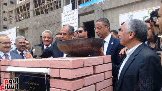 وزير الزراعة ومحافظ سوهاج يضعان حجر الأساس لمعمل صحة الحيوان  (1)