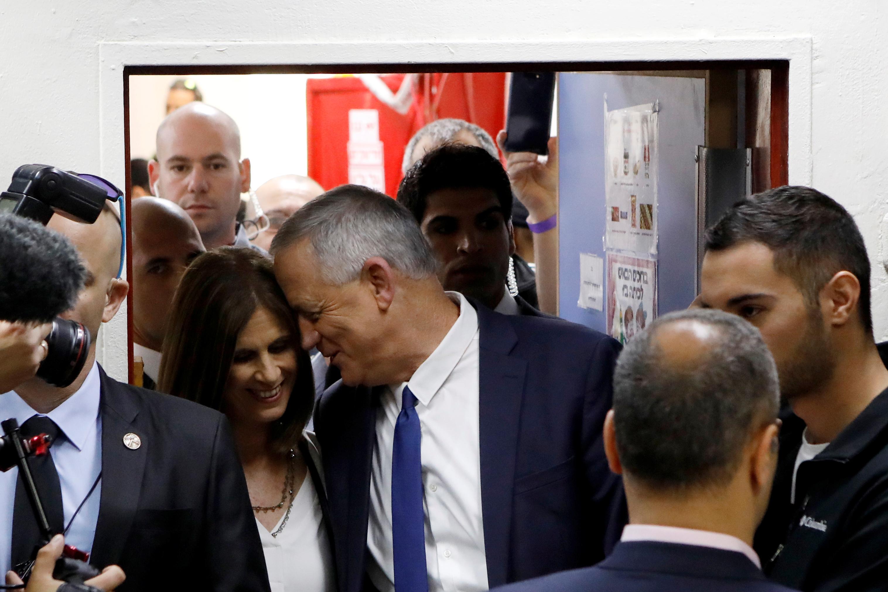 جانتس ولحظة حب مع زوجته على هامش التصويت