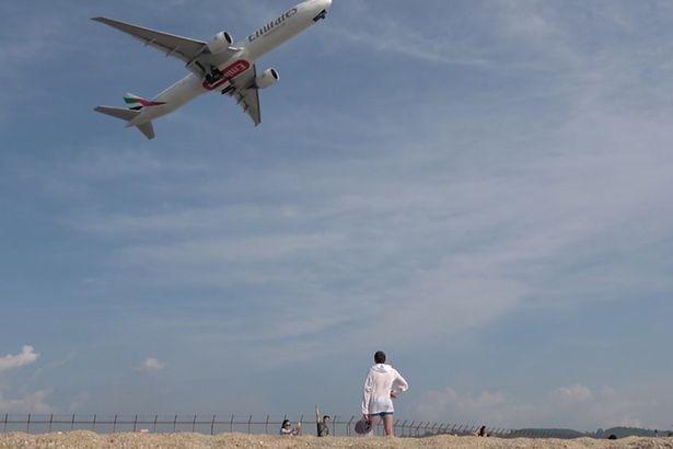 الشاطئ القريب من المطار فى تايلاند