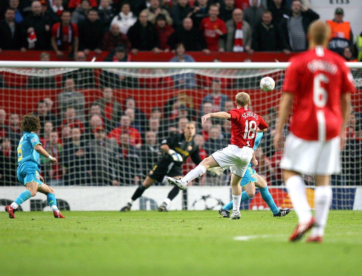 سكولز خلال أحراز هدف الفوز امام برشلونة