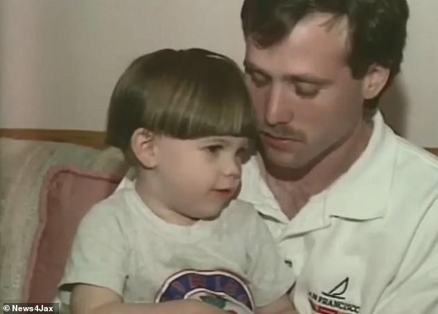 مايكل مع ابنه آرون بعدما زعم اختفاء الأم