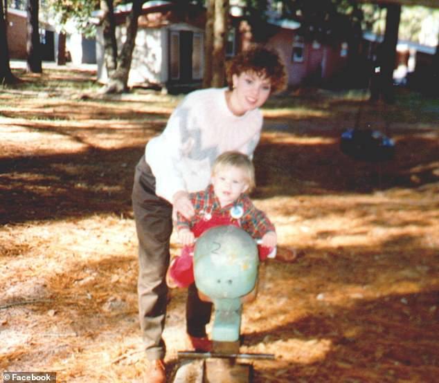 بونى مع ابنها آرون قبل مقتلها