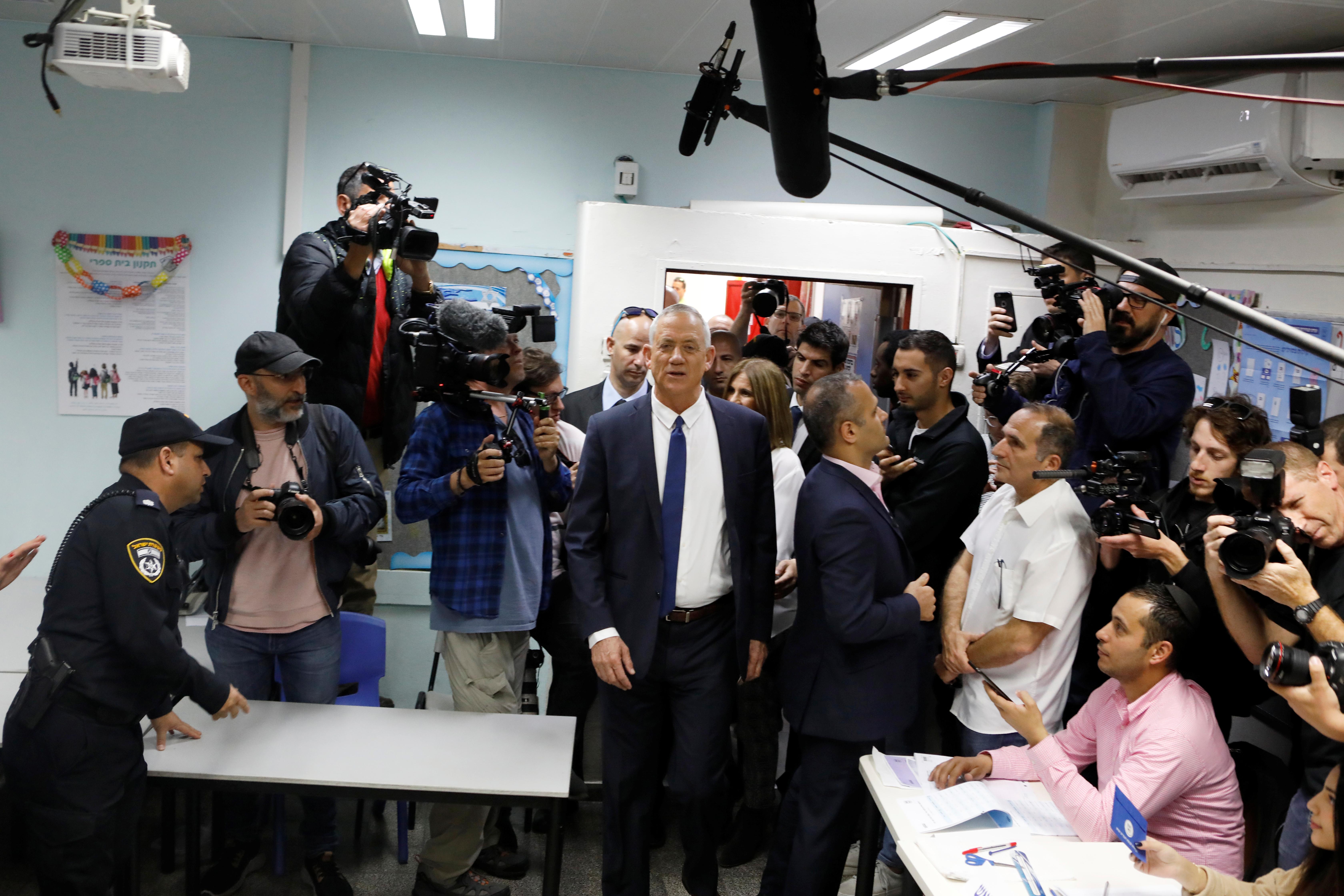 جانتس داخل اللجنة الانتخابية