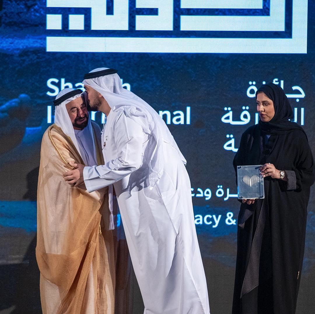 حسين الجسمى يقبل رأس حاكم الشارقة