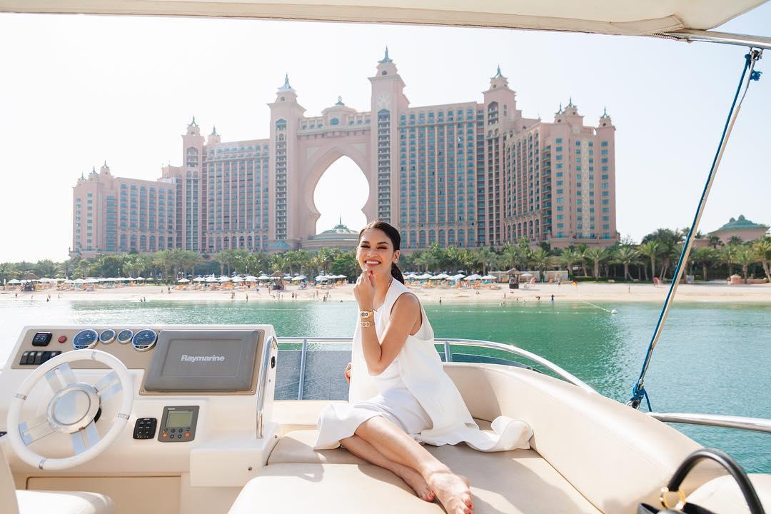 جولة بحرية لملكة جمال العالم السابقة فى دبى