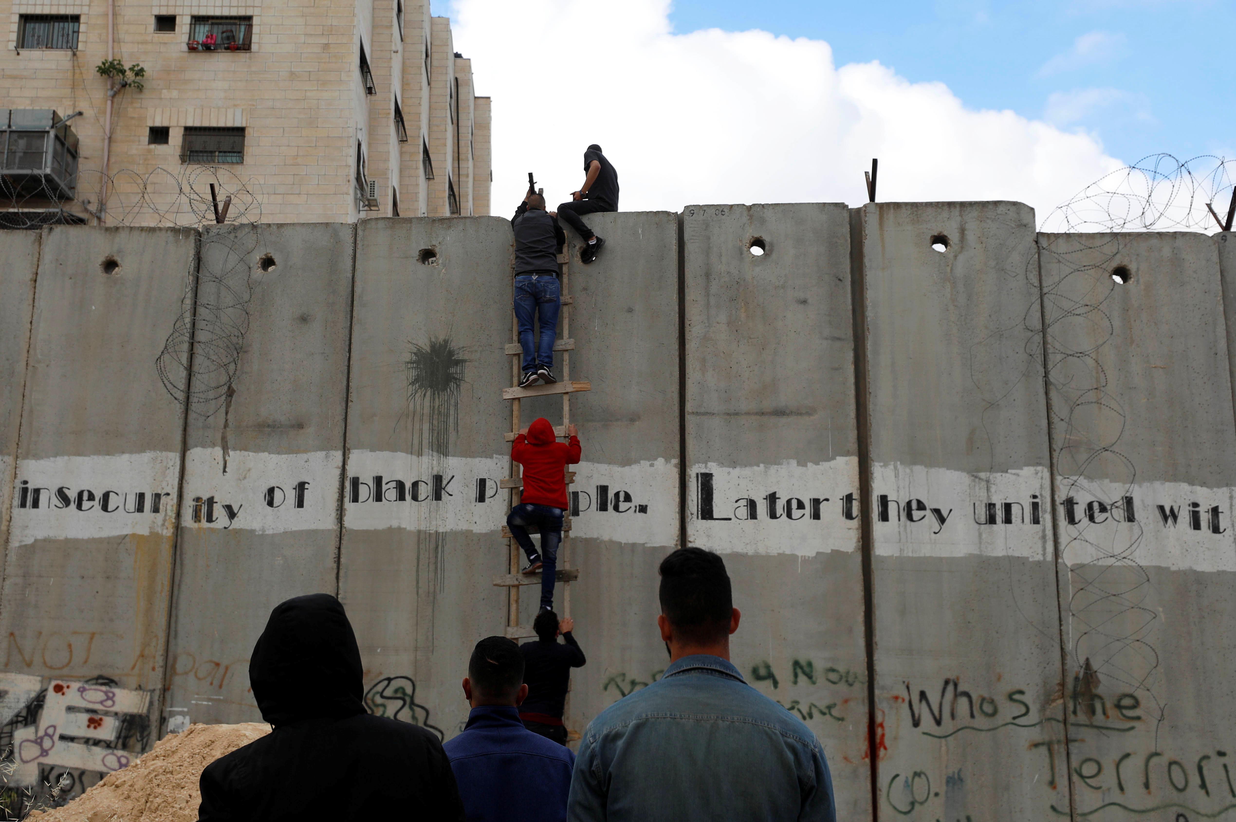فلسطينيون يعبرون حواجز الاحتلال لتأدية صلاة الجمعة (3)
