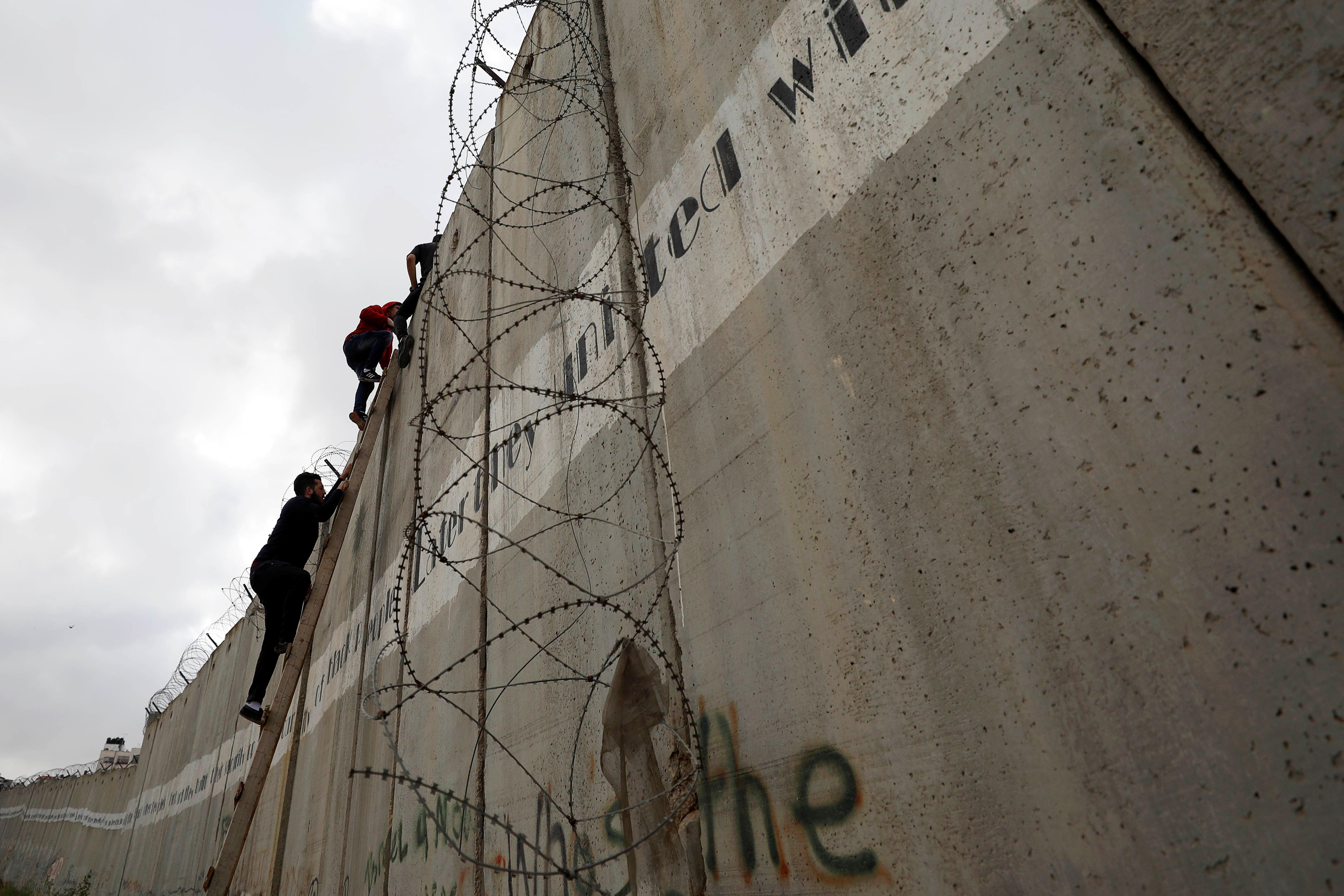 فلسطينيون يعبرون حواجز الاحتلال لتأدية صلاة الجمعة (4)